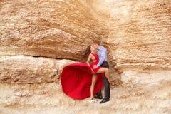 在岩石附近的美好的夫妇跳舞 库存照片