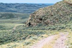 在岩石附近的路 免版税库存图片
