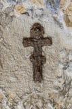 在岩石雕刻的十字架 免版税库存图片