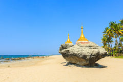 在岩石顶部的两座金黄塔在Ngwesaung靠岸,缅甸西海岸  免版税库存图片