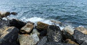 在岩石,一个平安的地方的波浪假日在泰国 免版税库存图片