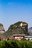 在岩石(加尔达湖顶部的Arco中世纪城堡废墟) 免版税库存图片