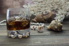 在岩石贝壳的威士忌酒 免版税图库摄影