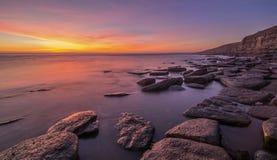 在岩石水池的壮观的日落 免版税库存图片
