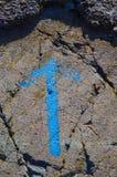 在岩石绘的蓝色箭头 免版税库存图片