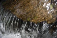 在岩石水 库存图片