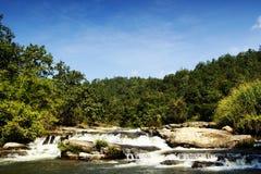 在岩石lanscape的美丽的瀑布 库存照片