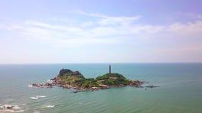 在岩质岛上的鸟瞰图灯塔蓝色海风景的 峭壁的寄生虫视图灯塔在天空蔚蓝的海洋 股票视频