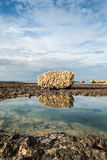 在岩质岛海滨的巨大,被腐蚀的石头 免版税库存照片