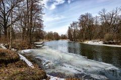 在岸仍有雪,但是河已经清除了从冰的渠道 库存照片