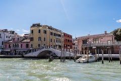 在岸叫的& x22的桥梁; Fondamenta de la Croce& x22;看见从大运河 免版税图库摄影