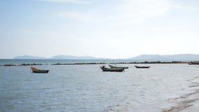 在岸和波浪停放的小渔船 影视素材