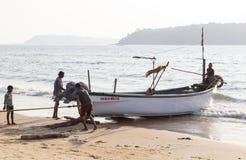 在岸拉扯的渔船 免版税库存照片