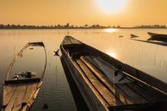 在岸湖的小船 免版税库存图片