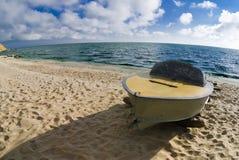 在岸的一条小船 图库摄影