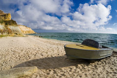在岸的一条小船 库存照片