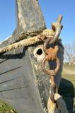 在岸的一条老渔夫小船 免版税库存照片