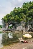 在岸的一艘竹木筏在桂林的大象树干小山附近 免版税库存照片