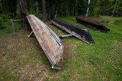 在岸的三条木向上的小船 库存照片