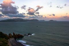 在岸的五颜六色的日落 库存图片