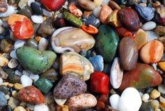 在岸的五颜六色的海小卵石 免版税库存照片