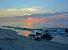 在岸的夏天日出在岩石跳船 免版税库存照片