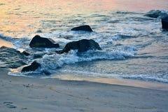 在岸的夏天日出在岩石跳船 图库摄影