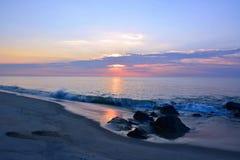 在岸的夏天日出在岩石跳船 免版税图库摄影