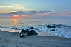 在岸的夏天日出在岩石跳船 免版税库存图片