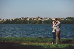 在岸的夫妇 免版税库存图片