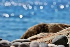 在岸的小卵石 免版税库存图片