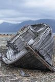 在岸的小船断裂 免版税库存照片