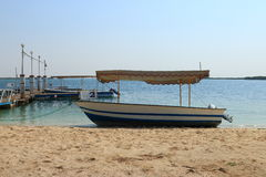 在岸的小船 免版税库存图片