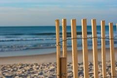 在岸的尖桩篱栅,海滩样式 库存照片