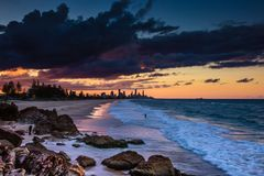 在岸的岩石与海浪 免版税图库摄影