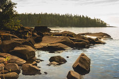 在岸的岩石 免版税库存照片