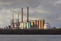 在岸的工厂厂房 库存照片