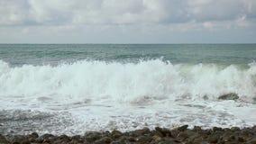 在岸的慢动作大泡沫波浪 影视素材