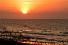 在岸的日出 免版税库存照片