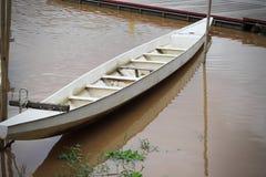 在岸的木小船 免版税库存图片
