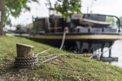 在岸的河船 免版税库存照片