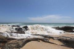 在岸的波浪印度洋 免版税库存照片