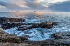 在岸的波浪在Helleviga度假区,蓝色小时在南挪威 库存照片