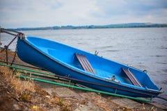 在岸的浪漫老小船 免版税图库摄影