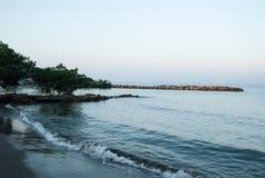 在岸的海浪在日出 图库摄影