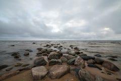 在岸的湿岩石 库存图片