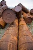 在岸的生锈的桶 免版税库存照片