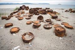 在岸的生锈的桶 库存照片
