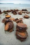 在岸的生锈的桶 免版税库存图片