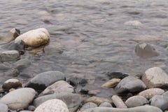 在岸的石头 免版税库存照片